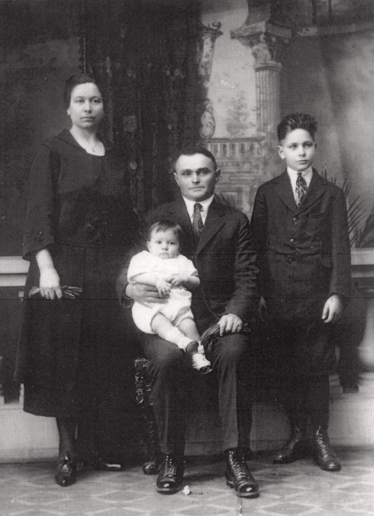 Larry (right) and his parents, Paulo and Guilia, with baby brother Enzo in 1921.